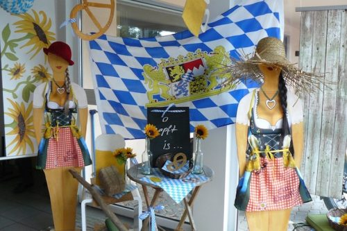 Oktoberfest-Dekoration-Wien--Schnemann-Pinguin-Schaufenstergestaltung-Imagio-Leoben1