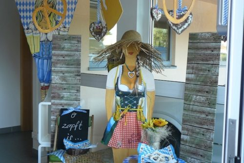 Oktoberfest-Dekoration-Wien--Schnemann-Pinguin-Schaufenstergestaltung-Imagio-Leoben2