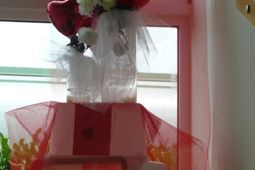 Romantische-Valentinstag-Dekoration-Wien--Schnemann-Pinguin-Schaufenstergestaltung-Imagio-Leoben1