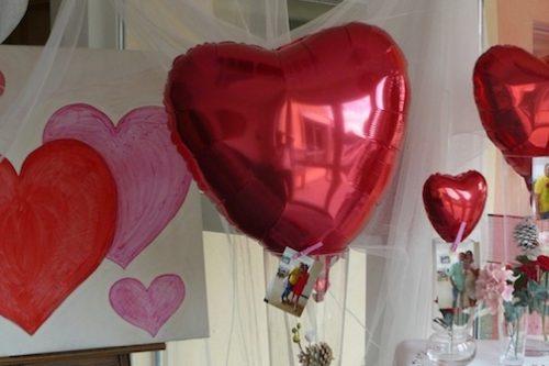 Romantische-Valentinstag-Dekoration-Wien--Schnemann-Pinguin-Schaufenstergestaltung-Imagio-Leoben2