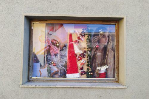 Schaufensterdeko-Weihnachten-Auslagengestaltung-Haarstudio-Hauptmann-Leutschach (1)