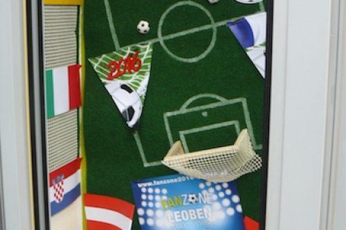 Vitrinengestaltung-Leoben-Innenstadt-Imagio-Fußball-Deko-EM-Europameisterschaft-Dekoration1