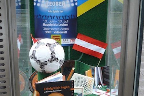 Vitrinengestaltung-Leoben-Innenstadt-Imagio-Fußball-Deko-EM-Europameisterschaft-Dekoration2