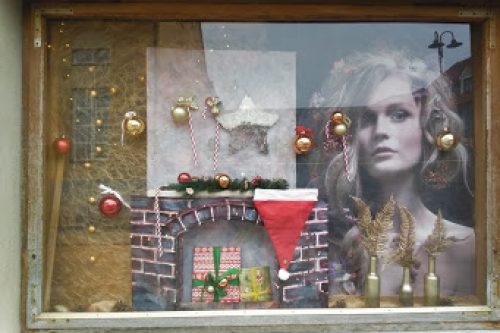 Weihnachten-Dekoration-Schaufenster-Leoben-Schaufenstergestaltung-Imagio-Merchandising-Dekoration-Haarstudio-Leoben1