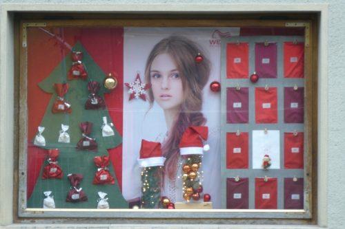 Weihnachten-Dekoration-Schaufenster-Leoben-Schaufenstergestaltung-Imagio-Merchandising-Dekoration-Haarstudio-Leoben4