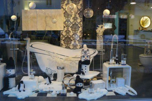 Winter-Dekoration-Wien--Schnemann-Pinguin-Schaufenstergestaltung-Imagio-Leoben1